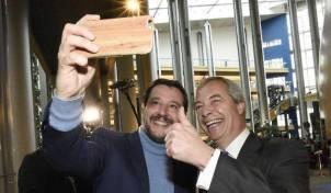 0004E532-salvini-e-farage-selfie-sovranista